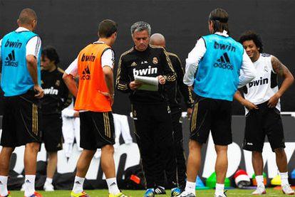 Mourinho da instrucciones a los jugadores del Madrid durante un entrenamiento de pretemporada.