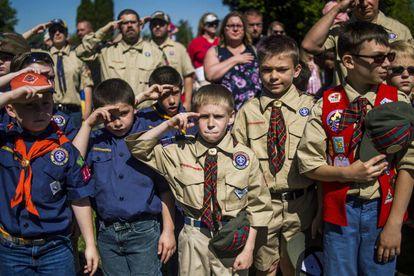 Boy y cub 'scouts' saludan en una ceremonia conjunta el pasado mayo.