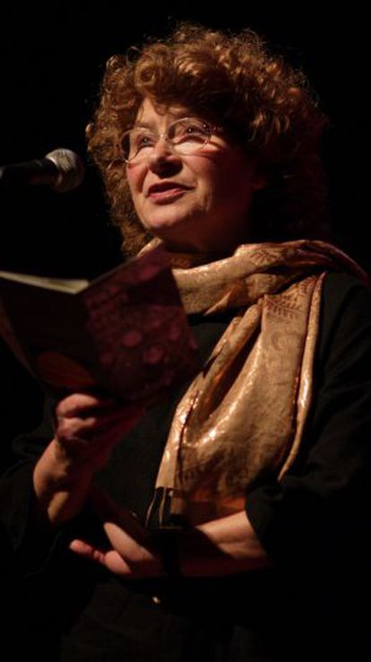 Shirley Collins, leyendo 'Folk Roots, New Routes'.
