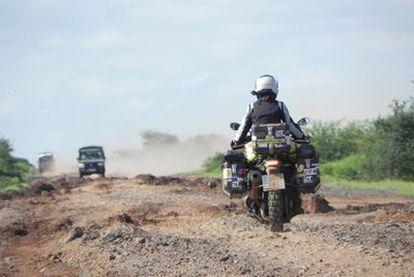 Recorriendo la 'Moyale Highway' en dirección a Turbi (Kenia), símbolo de la dureza del viaje transafricano