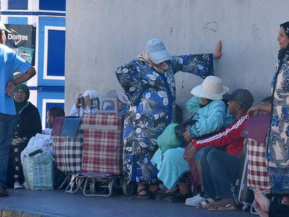 Porteadoras aguardan su turno en el puesto fronterizo de Ceuta, el pasado 15 de enero.