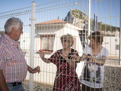 Los hermanos Manuel Márquez y Eustaquia Aquilina (apellido de su marido), junto a la hija de ésta, Janet Sánchez, en la frontera entre España y Gibraltar.