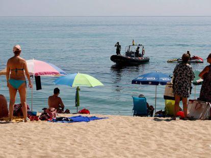 La Guardia Urbana de Badalona (Barcelona) ha cerrado el acceso a una parte de la playa del Cristall.