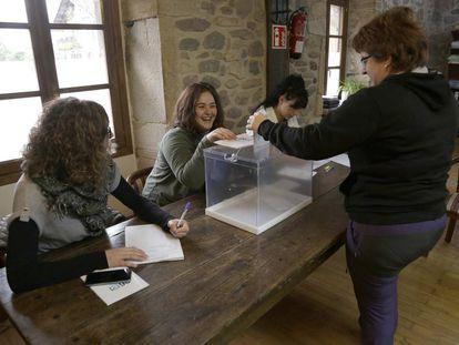 Mesa electoral en el municipio de Ituren en Navarra.