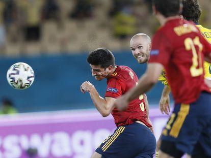 Gerard Moreno remata de cabeza en el España-Suecia celebrado en el estadio de La Cartuja el pasado lunes. EFE/EPA/Jose Manuel Vidal.