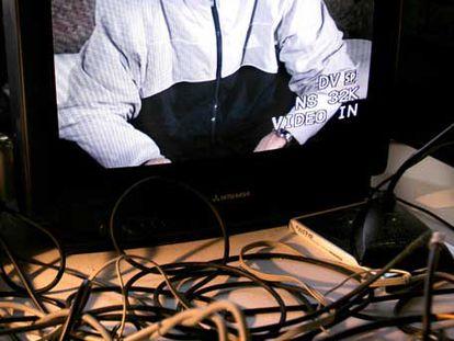 Pedro Soler visto a través de uno de los monitores de Hangar.