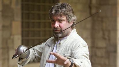 Pere Arquillué, espasa en mà, a la porta del local de La Perla29 a la Biblioteca de Catalunya on es representa 'Cyrano de Bergerac'