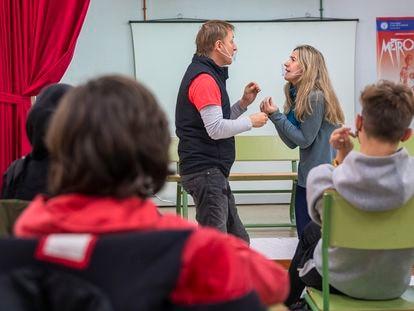 Dos actores representan delante de los alumnos del IES Juana de Castilla en Madrid una obra de la asociación Teatro que cura, que busca sensibilizar sobre violencia de género.