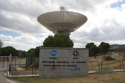 Entrada al Complejo de Comunicaciones del Espacio Profundo de Madrid. Al fondo, una de las antenas.