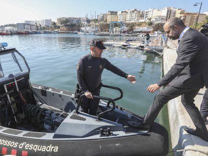 El consejero del Interior, Miquel Buch, subiendo a una barca de Mossos.