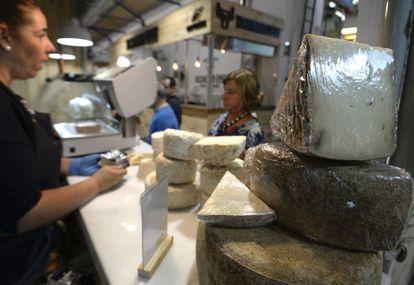 Puesto de quesos en el Mercado de Productores de Vallehermoso.