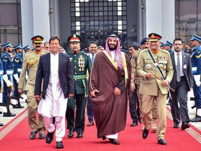 El primer ministro de Pakistán, Imran Khan, junto al príncipe heredero saudí, Mohamed Bin Salmán, este lunes en Islamabad.