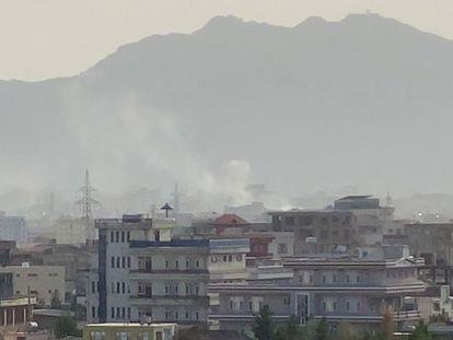 Columna de humo que se ha visto tras la explosión ocurrida en las proximidades del aeropuerto de Kabul.