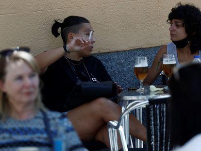 Una mujer fumando en en una terraza de Madrid.