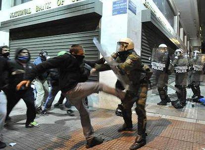 Jóvenes radicales se enfrentan a la policía en el centro de Atenas.