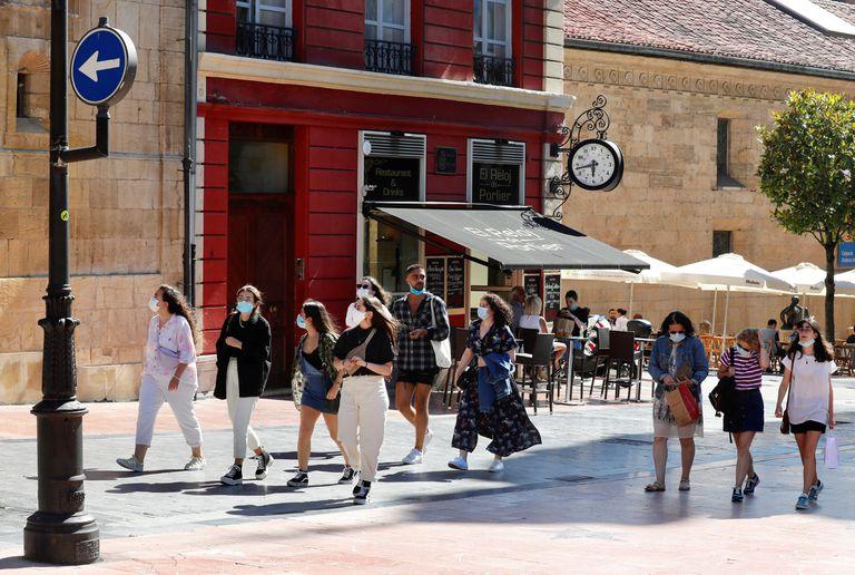 Un grupo de turistas la semana pasada en el centro de Oviedo.