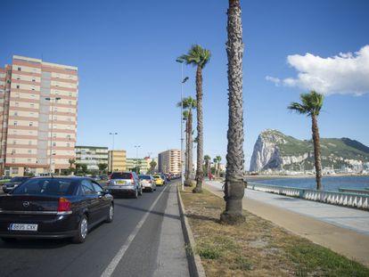 A la derecha, el peñón de Gibraltar. A la izquierda, La Línea de la Concepción en una imagen de archivo.