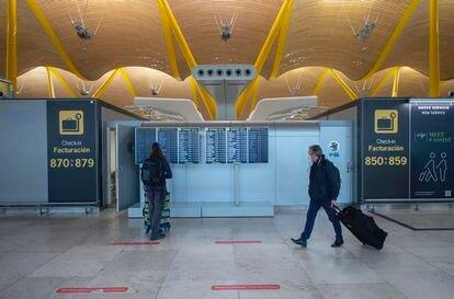 Pasajeros caminan por las instalaciones de la T4 del Aeropuerto Adolfo Suárez Madrid-Barajas, en Madrid.