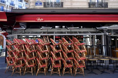 Pilas de sillas sin uso, en una terraza de París en mayo pasado.