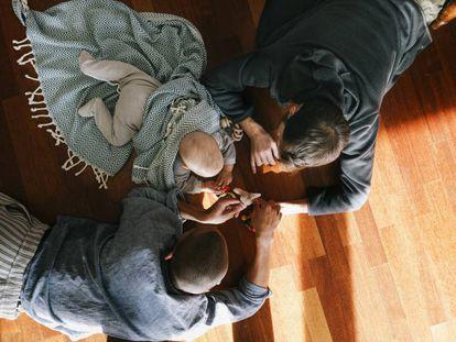 Unos padres juegan con su bebé.