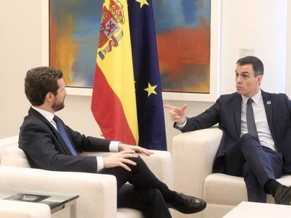 El presidente del Gobierno, Pedro Sánchez, y el líder del PP, Pablo Casado, durante su reunión el pasado febrero en el palacio de la Moncloa.