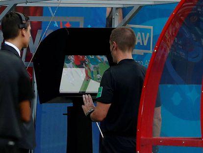 El colegiado Mark Geiger revisa una acción durante el partido entre Alemania y Corea del Sur.