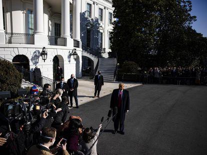 El presidente Trump se dirige a los periodistas a su salida de la Casa Blanca, antes de viajar a Texas.