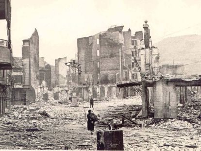 Una imagen de Gernika, tras el bombardeo del 26 de abril de 1937.