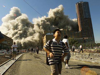 La gente huía cuando la Torre Norte del World Trade Center se derrumbaba después de que el avión secuestrado golpeara el edificio.