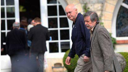 El antiguo dirigente de ETA, Eugenio Etxebeste, alias 'Antxon', llega al palacete de Cambo con Rafa Diez, exdirigente de LAB.