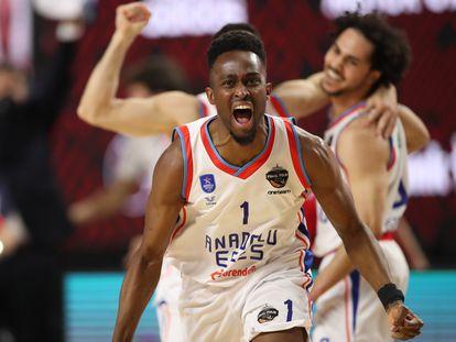 Beaubois celebra la victoria del Anadolu Efes ante el Barcelona en la final de la Euroliga este domingo en Colonia.