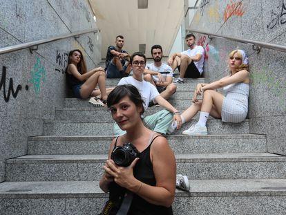 La fotógrafa Laura Ortega, junto con alguno de los jóvenes que han participado en el proyecto (Michel, Maia, Cesar, María, Cira y Raúl), en el complejo Azca.