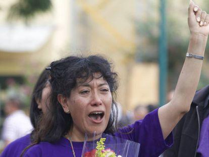 La madre de Lesvy, Araceli Osorio, celebra la decisión de los jueces a la salida del tribunal.