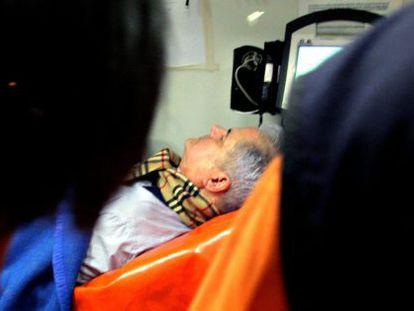 Adrian Nastase, anoche, durante el traslado a un hospital.