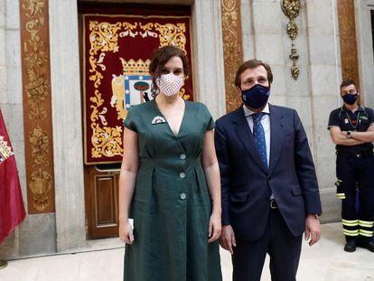 La presidenta de la Comunidad de Madrid, Isabel Díaz Ayuso, y el alcalde de la capital, José Luis Martínez-Almeida, durante los actos conmemorativos de la festividad de la Virgen de la Paloma.