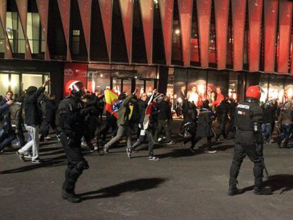 Aficionados del Espanyol ante agentes de la Ertzaintza las inmediaciones del campo de San Mamés