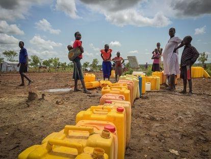 Refugiados sursudaneses recogiendo agua en un asentamiento del norte de Uganda.