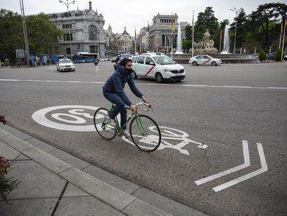 Un ciclista pasando por Cibeles el 15 de abril de 2021.
