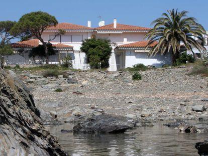 El piso de Cadaqués —en la parte superior de la casa de la derecha— fue comprado en 2010.