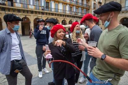 Un grupo de turistas franceses pasa el sábado por la mañana en la parte vieja de San Sebastián.