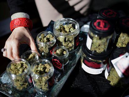 Un empleado preparaba las dosis de marihuana en una tienda de Oakland (California) en abril de 2018.