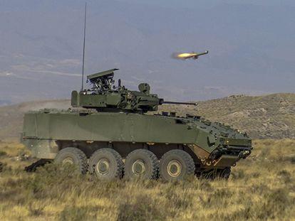 Prototipo de un blindado VCR 8x8 Dragón lanzando un misil Spike en julio pasado en el campo de tiro de Viator (Almería).