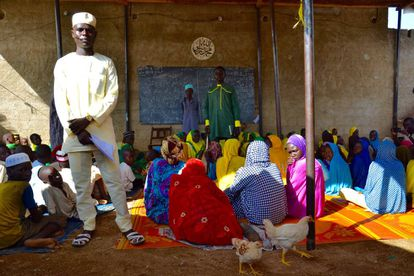 El maestro de una escuela Coránica de Maroua posa en su clase.