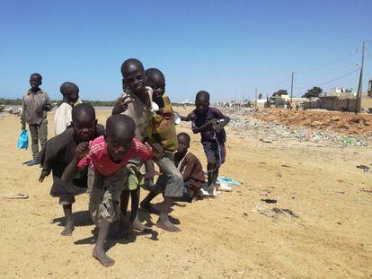 Niños talibés vagabundean por Saint Louis, Senegal.