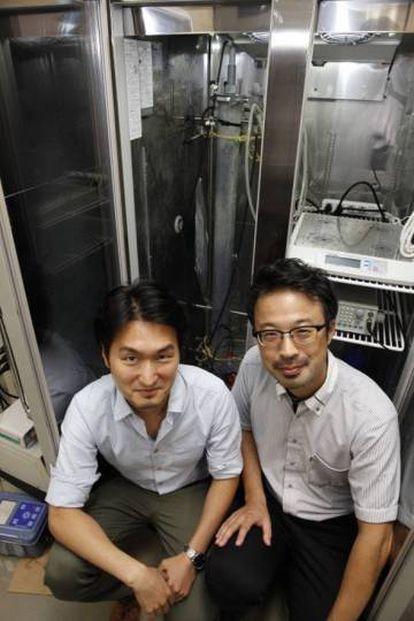 Hiroyuki Imachi (derecha) y su compañero Masaru Nobu, autores del estudio, posando junto al biorreactor que usaron para criar las arqueas.