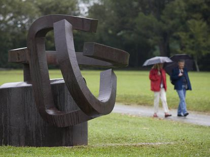 Visitantes en el Museo Chillida-Leku días después de anunciarse su cierre en 2010.
