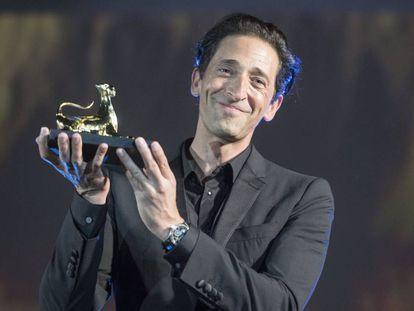 El actor Adrien Brody, con el premio a su carrera, en el homenaje en el Festival de Locarno, el pasado viernes.