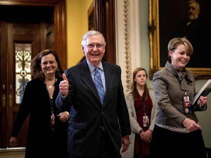 El líder de la mayoría republicana en el Senado, Mitch McConnell, sale el viernes de la sesión del juicio a Trump.