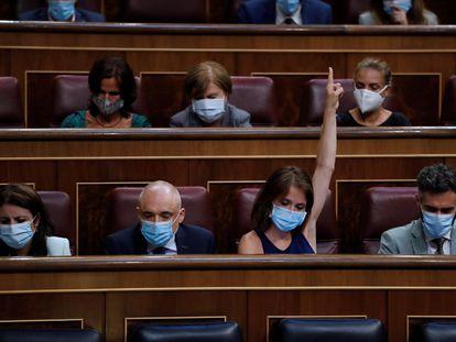 La diputada socialista, Ana Belén Fernández  muestra la señal de voto, durante la sesión de control al Ejecutivo que este miércoles se celebra en el Congreso.
