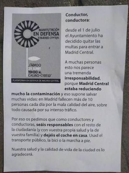 Papel informativo que les entregan a los conductores en defensa de Madrid Central.